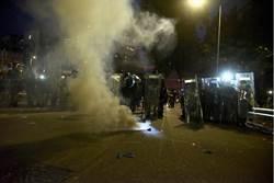 防暴警攻入元朗站混戰噴胡椒水 示威者滅火器還擊