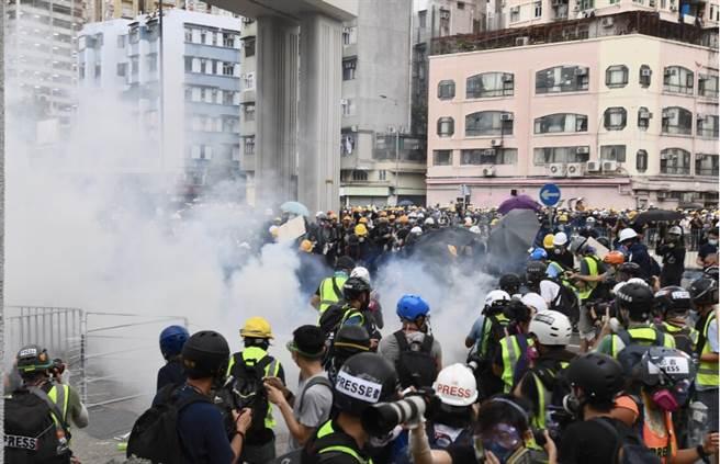 香港示威者投擲玻璃漆彈 警方施放催淚彈