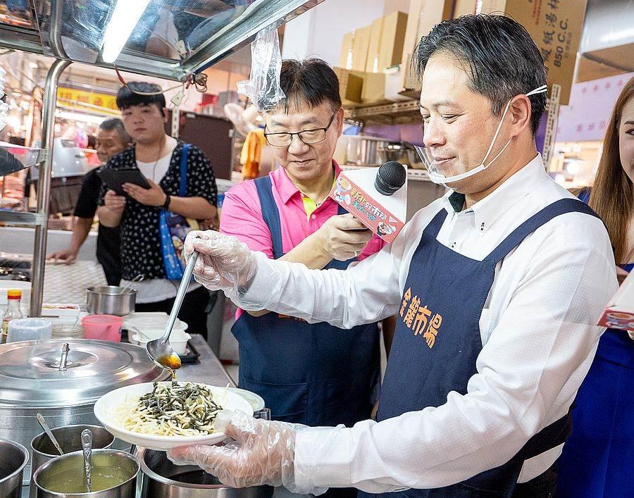 吳明機副市長親手製作「5.8度C涼麵」,特製涼麵搭配當日手工研磨黑芝麻醬,相當清爽可口。(圖取自新北市市場處官網)