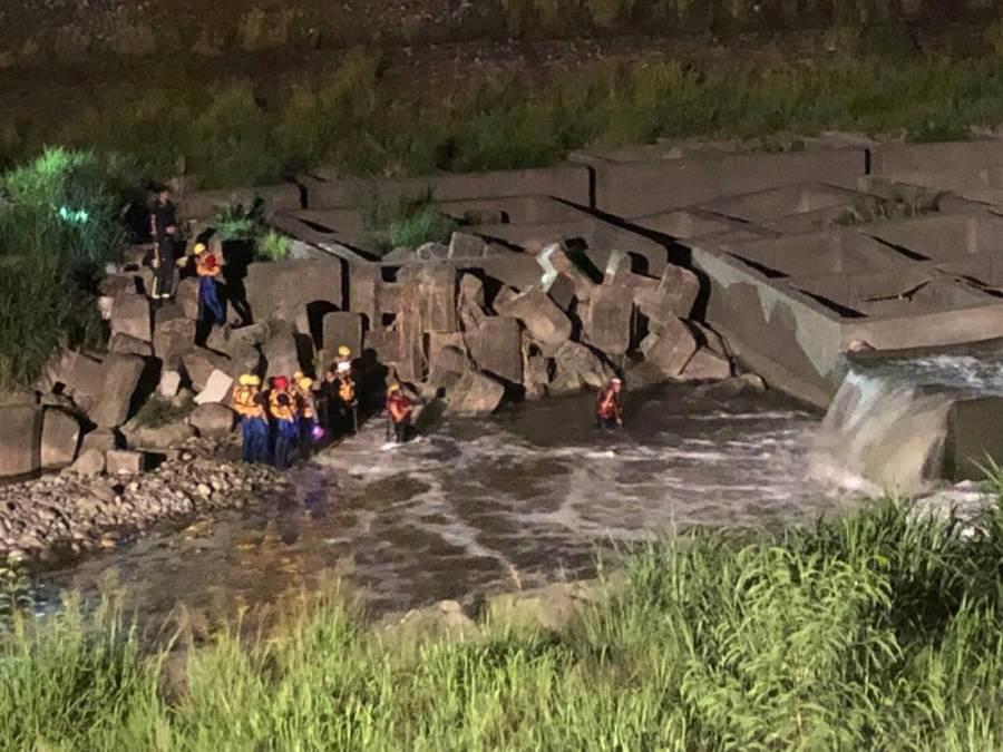 警消出動80餘人沿旱溪搜尋疑似溺斃的賴男。(馮惠宜翻攝)