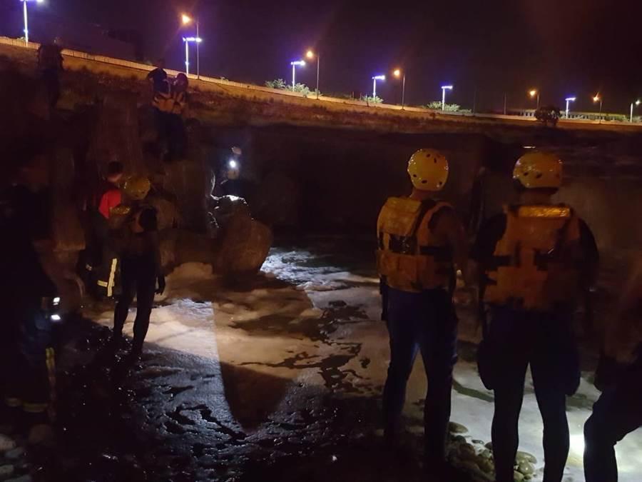 警消漏夜搜尋疑似溺斃的賴男。(馮惠宜翻攝)