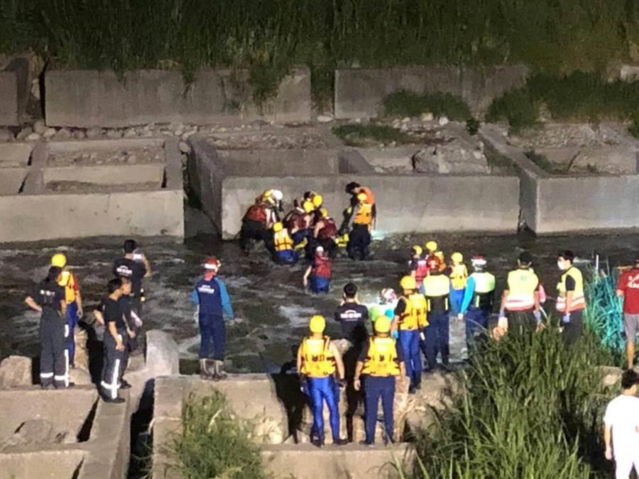 警消漏夜搜尋,最後在家屬發現賴男衣物附近深水坑使用火鉤尋獲已溺斃的賴男。(馮惠宜翻攝)