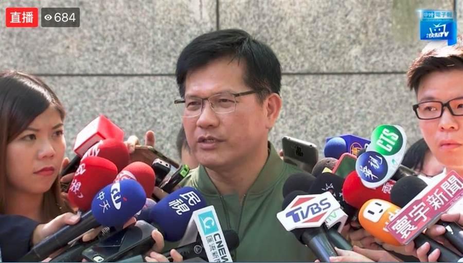 交通部長林佳龍上午接受媒體聯訪。(中時電子報臉書)