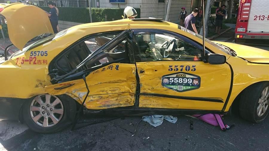 載一家三口的計程車遭對方高速撞上,造成車內母女一死一重傷。(林郁平翻攝)
