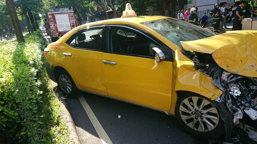 警方確認兩輛計程車駕駛都無酒駕,現正調查車禍發生原因。(林郁平翻攝)