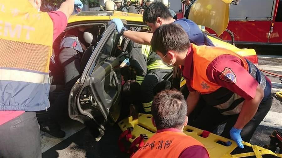 警消破壞車門,搶救車內傷患。(王郁平翻攝)