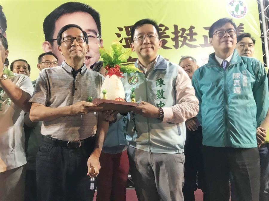 前總統陳水扁(左)和陳致中(中)。(柯宗緯攝)