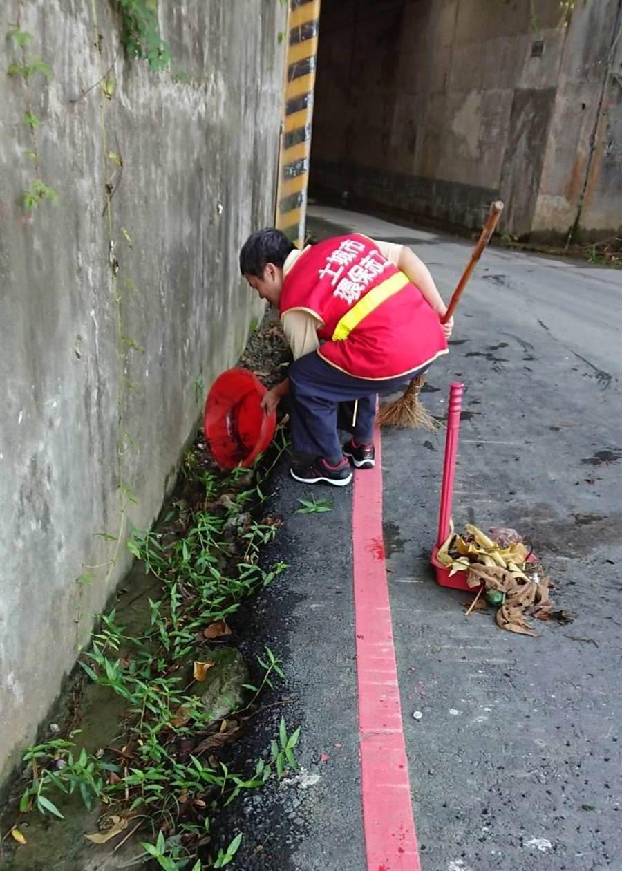 環保局清潔隊執行積水容器清運、孳生源清除、噴藥消毒等作業。(許哲瑗攝)