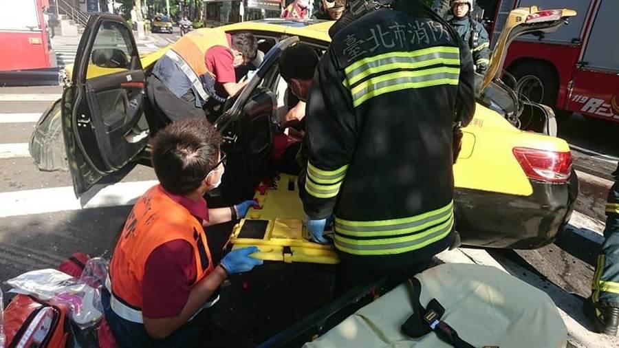 警消將計程車上的傷者救出送往醫院急救。(林郁平翻攝)