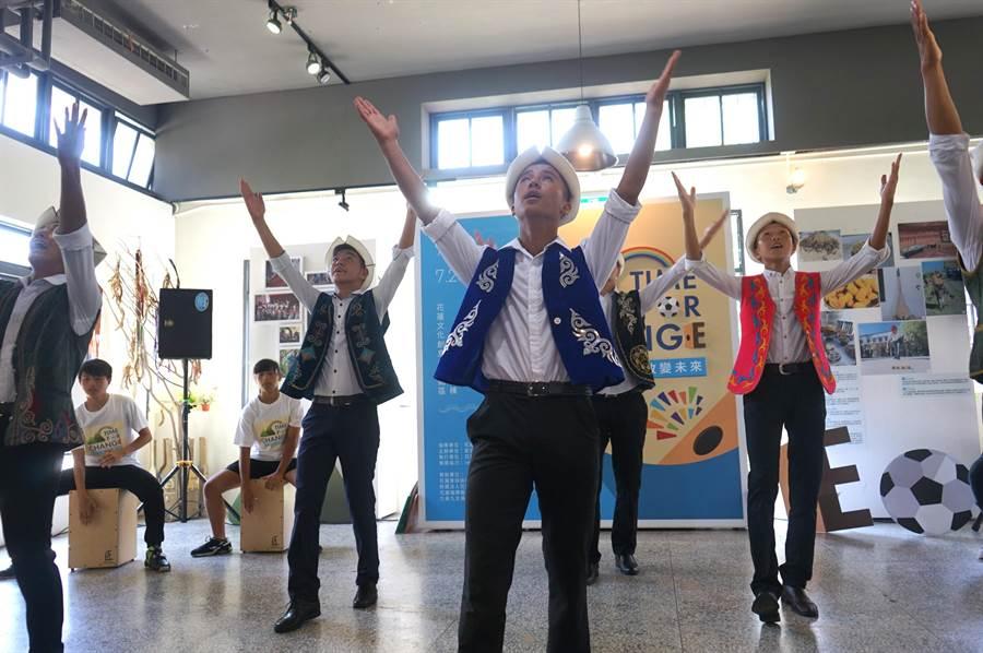 吉爾吉斯家扶少年在青少年培力計畫成果展演中,帶來傳統舞蹈。(張祈攝)