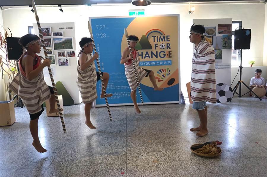 花蓮家扶達基力文化才藝隊帶來太魯閣族傳統狩獵舞蹈。(張祈攝)
