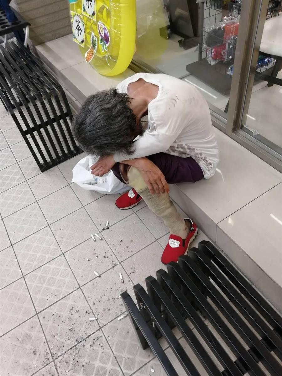 54歲李姓婦人走失後,無法說出自己的年籍資料,所幸員警相當熱心,利用李婦特徵,辨識出李婦身分。(賴佑維翻攝)