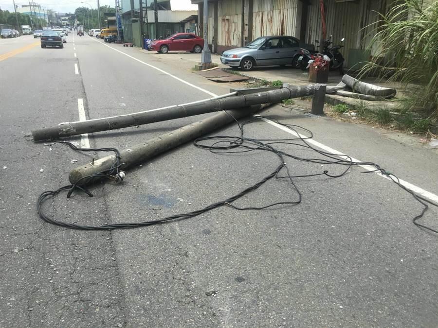 中壢區中正路時26日發生大貨車勾到電桿致倒塌事故,幸未釀成人員傷亡。(邱立雅翻攝)