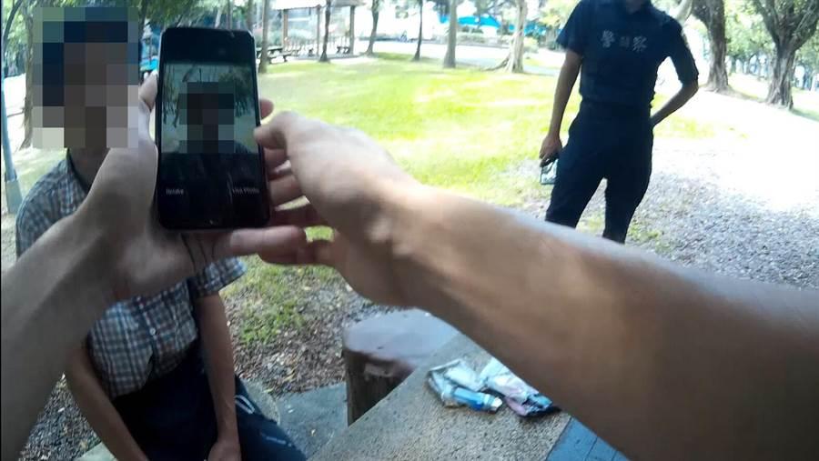 員警利用警用行動電腦的人臉辨識功能,發現男子是被養護機構通報失蹤的王姓院生。(林郁平翻攝)