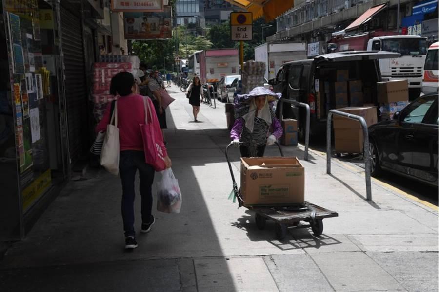 雖然元朗大馬路大致維持正常,許多商店照常營業,但也有不少商店已經關門。圖為香港元朗鳳琴街附近街頭。(中央社)