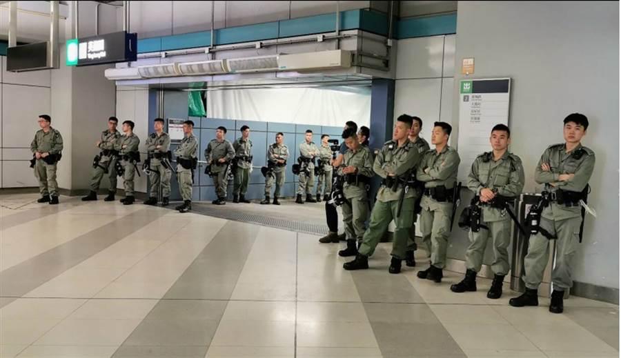 香港「反送中」支持者發起27日下午舉行「光復元朗」遊行。目前西鐵元朗站已有防暴警察戒備。(中央社)