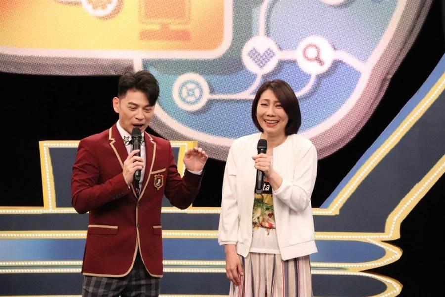 阿Ken(左)與郎祖筠開心大笑。(中天提供)