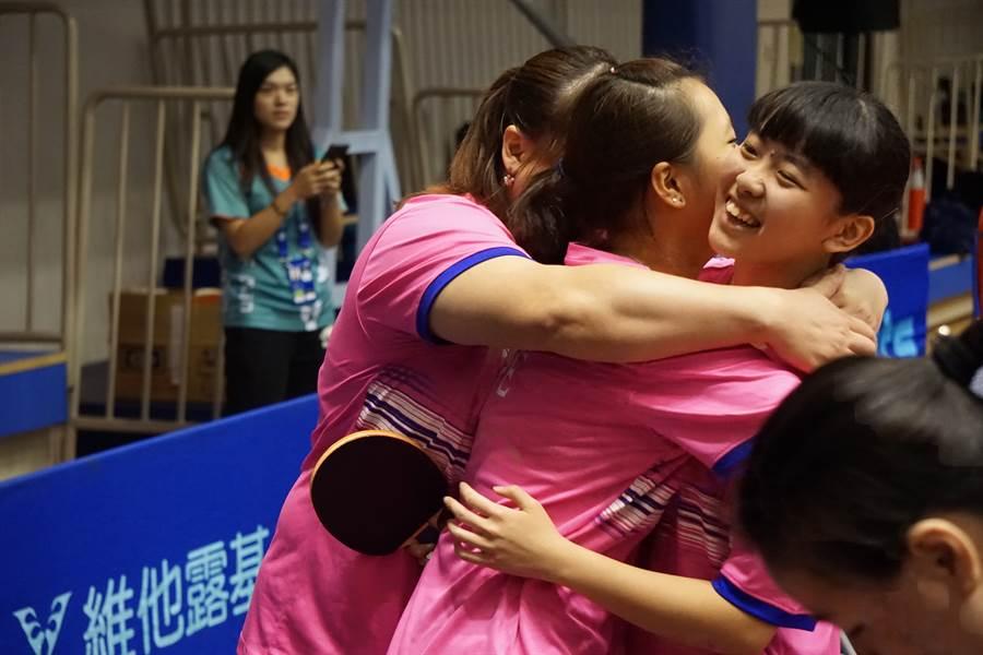 田曉雯/林姿妤在團體賽擊退大陸對手,奪金後全隊相擁慶祝。(大會提供)
