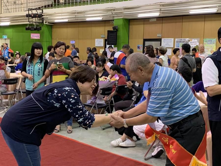 台中東區區長陳佩玉也致贈禮品,向偉大的父親及孝順的子女表示讚揚。(馮惠宜攝)