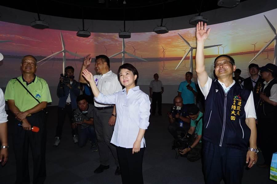 台中市長盧秀燕參觀環形劇場,並透過體驗裝置,與螢幕上的風車互動。(王文吉攝)