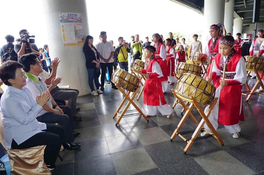 GAONNURI專業太鼓表演為啟用記者暖身,震撼人心鼓聲,博得熱烈掌聲。(王文吉攝)
