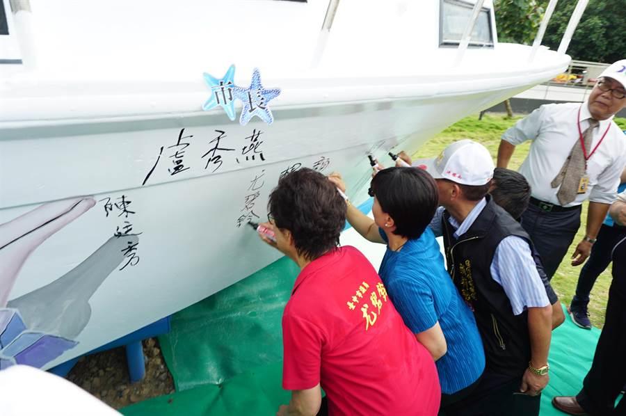 台中市議員尤碧鈴等與會貴賓等,在「珍愛遊船」簽名啟航,正式揭開活動序幕。(王文吉攝)