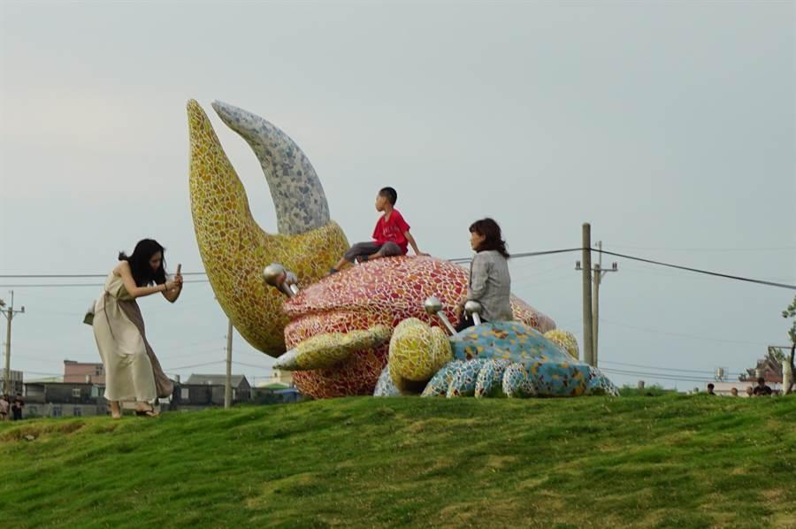 戶外廣場有招潮蟹和貝殼造型的裝置藝術,供遊客拍照。(王文吉攝)