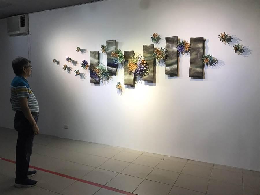 為力挺下月的義民祭盛會,數十名客家藝術家用作品響應,即日起在客家事務處文化會館展出,陶藝家彭雅美的作品也在這次展覽作品中。(張祈攝)
