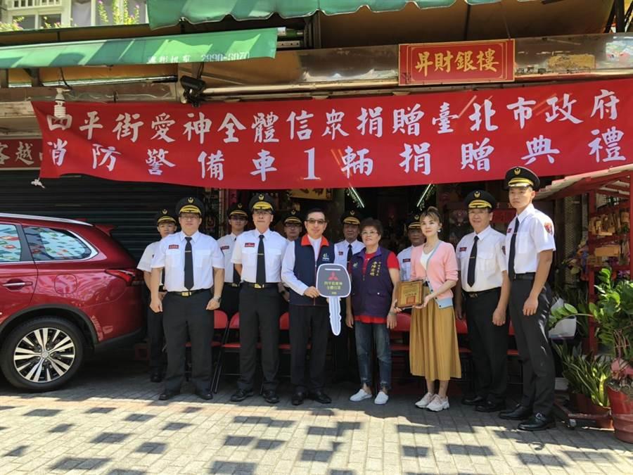 台北市民鄧圩庭女士及四平街愛神全體信眾,27日捐贈一輛消防警備車給北市消防局,由副局長陳郁文代表受贈。(林郁平翻攝)