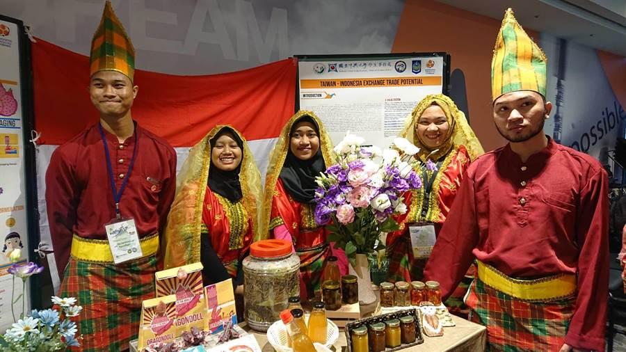 印尼學生展示在月眉社區駐村1個月後,與當地居民共學的成果。(圖/農委會提供)