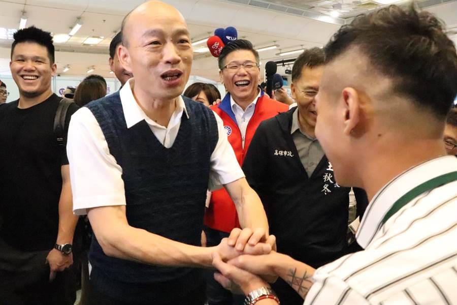 韓國瑜一一向現場廠商握手致意。(吳亮賢攝)