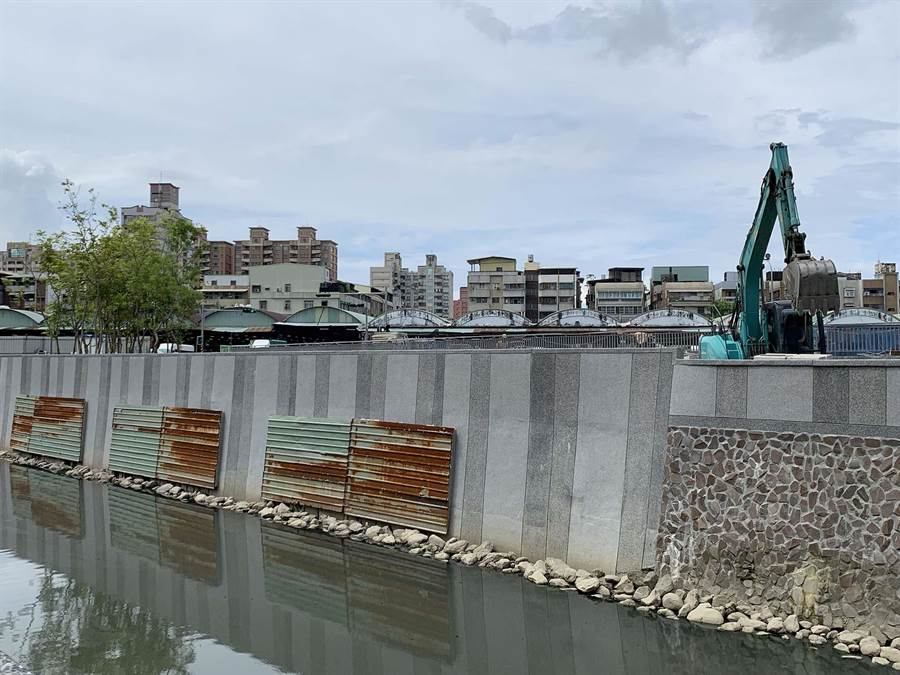十全滯洪池工程因故延宕,施工單位不分假日加強施工,力拚9月底完成。(柯宗緯攝)