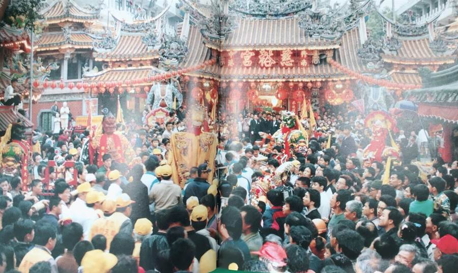 中港慈裕宮53庄遶境是竹南地區早期重要宗教文化活動,每逢媽祖出巡宮廟前萬頭攢動。(竹南鎮公所提供)