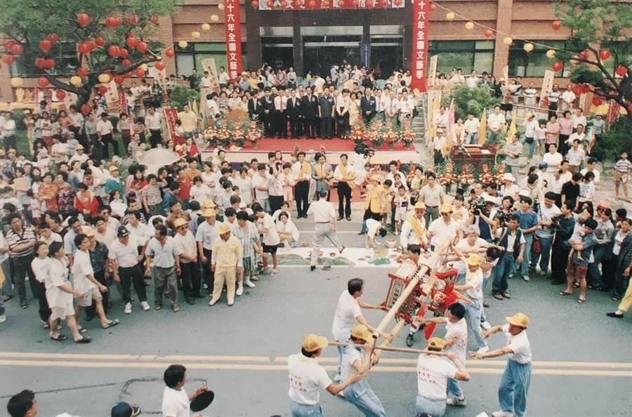 1997年「戀戀中港」文化季曾重現當年遶境盛況,圖為隊伍於開幕式時經過竹南鎮公所前祈福。(竹南鎮公所提供)