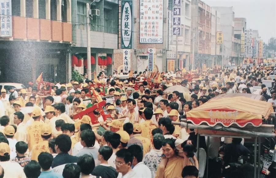 500餘輛陣頭遶行街頭的盛況。(竹南鎮公所提供)