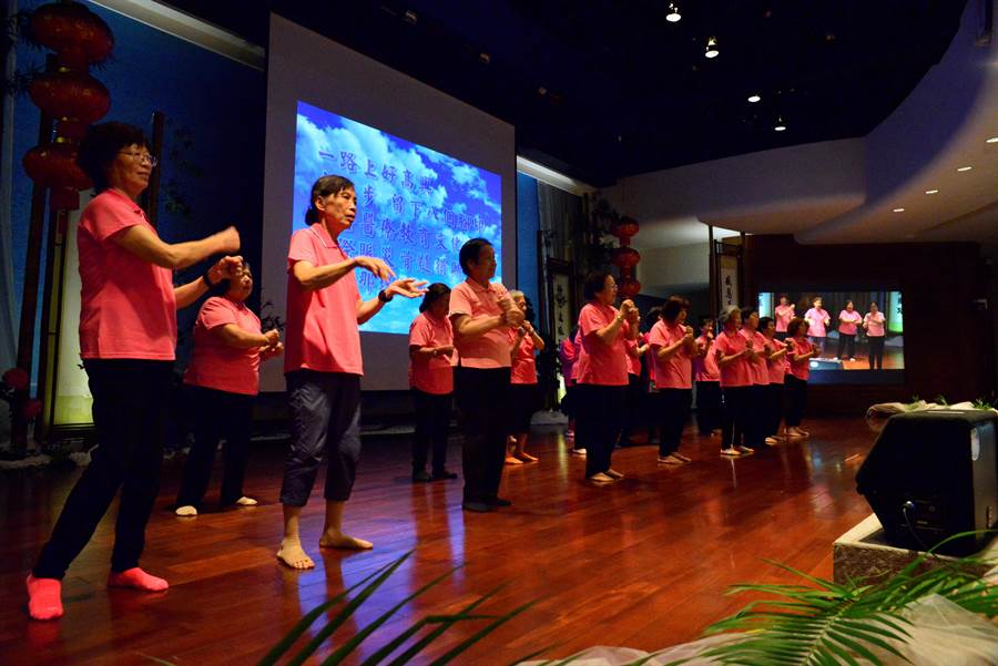 慈濟彰化靜思堂舉辦七月吉祥月祈福,花壇關懷據點長照班歌舞運動暖身開場。(吳敏菁攝)