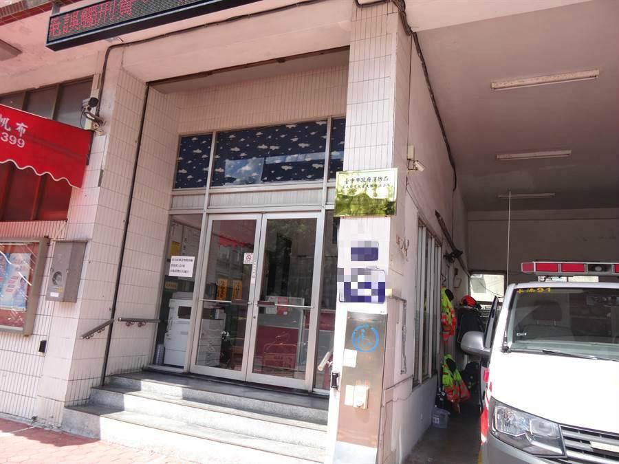 台中市北屯區一住宅大樓傳出母攜兩女輕生1死2傷悲劇,消防隊獲報前往救護。(馮惠宜攝)
