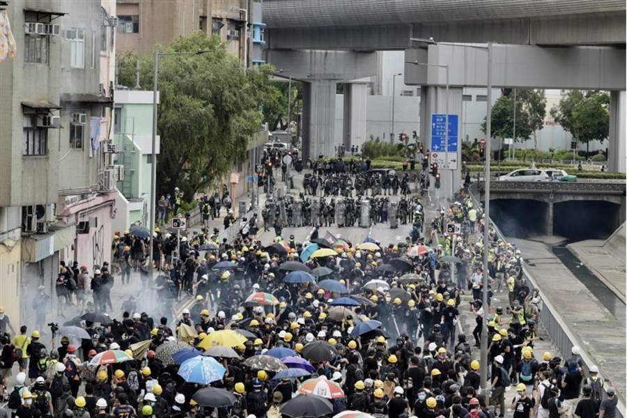 元朗遊行失控 港警射催淚彈 示威者拒退