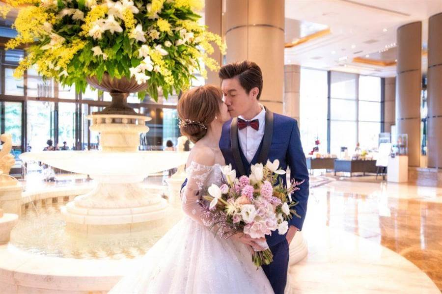 陳家頤(左)和老公王李中彥甜蜜一吻。(台視提供)