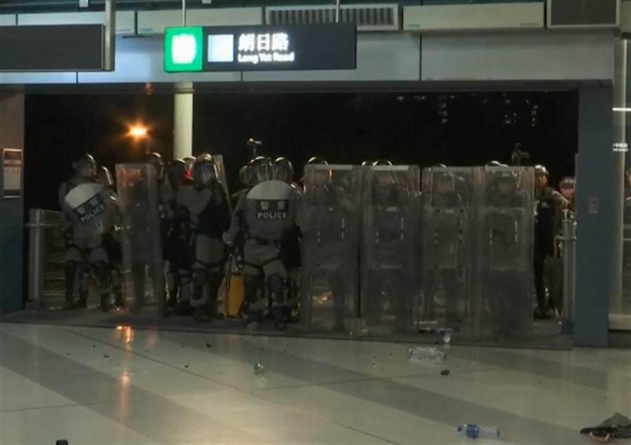 防暴警察清場推進,數百示威者退守至元朗站附近。(取自中時電子報FB)