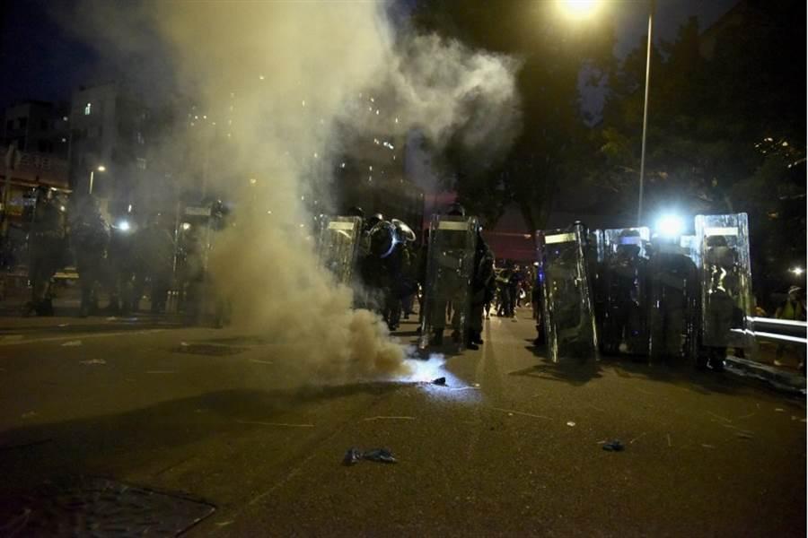月27日晚上,示威者於元朗朗日街向警方投放疑似自製煙霧彈,現場發散大量濃煙。 (圖文/香港中通社)
