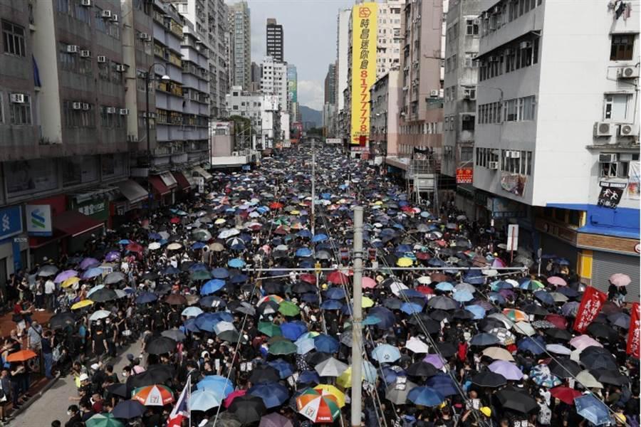「光復元朗」遊行部分示威者還再與警方對峙,發起者宣稱有28.8萬人參加下午的元朗遊行。(圖/美聯社)