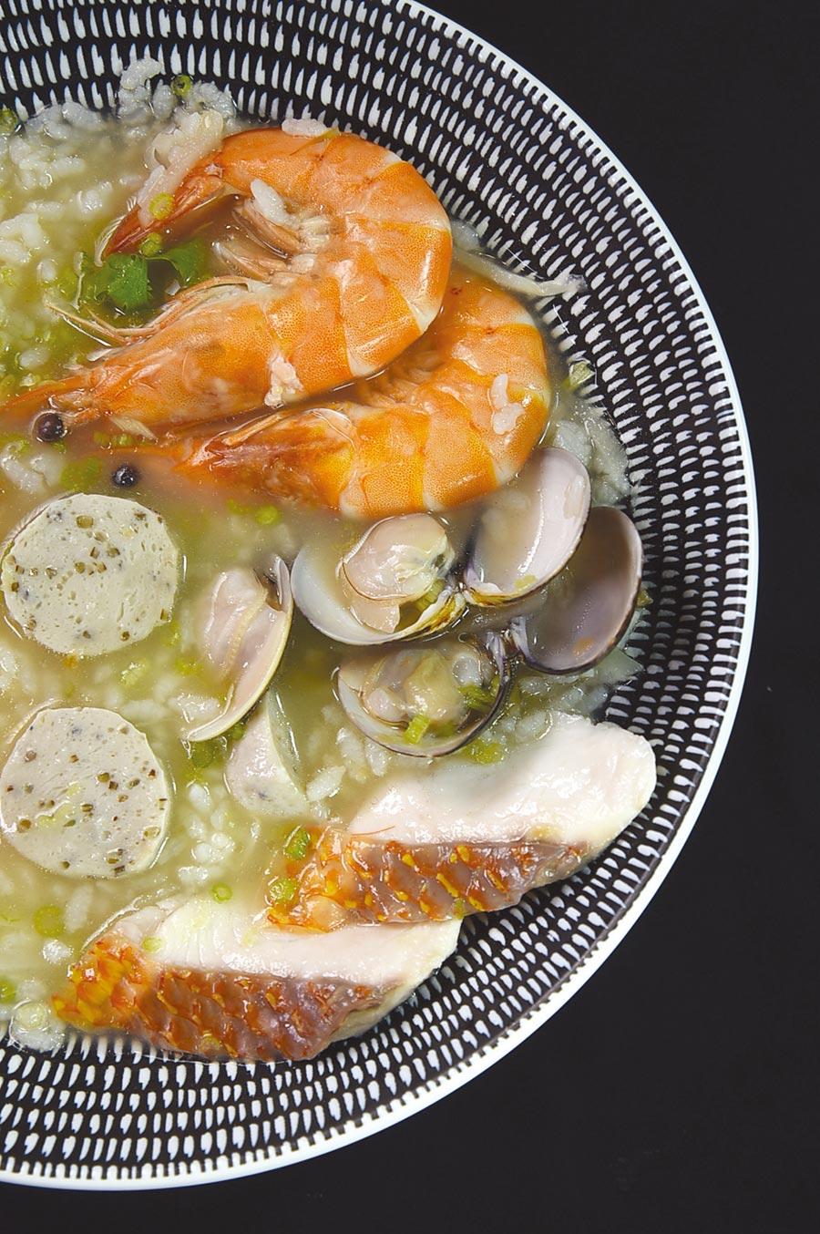 每份190元的〈海鱻粥〉是以昆布湯頭為底,加入海紅鯛魚片、褐藻魚丸、藍鑽蝦熬煮的台式粥品,另配上古早味醃筍簽增添口感,並以褐藻甘鮮露調味。圖/姚舜