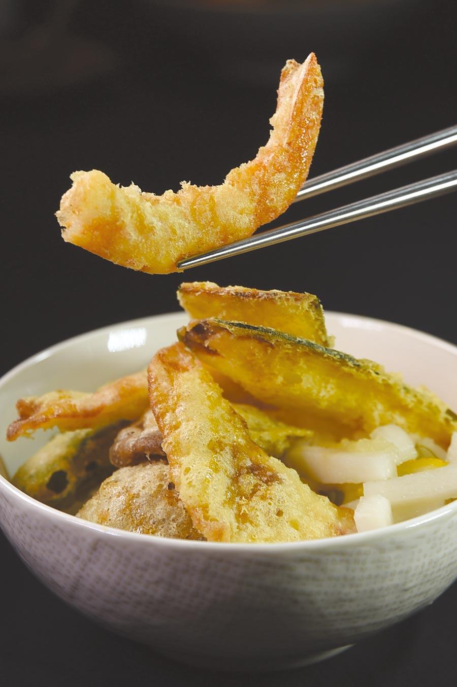 〈褐藻天丼定食〉的炸蝦天婦羅是用藍鑽蝦炸製,麵衣薄脆、蝦肉細緻。圖/姚舜