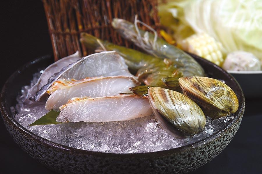 〈HiQ褐藻鱻食火鍋〉所附的海鮮盤,可一次吃到Hi-Q海紅鯛魚片、金目鱸魚片、馬祖牛奶貝、藍鑽蝦,以及Hi-Q褐藻魚丸。圖/姚舜