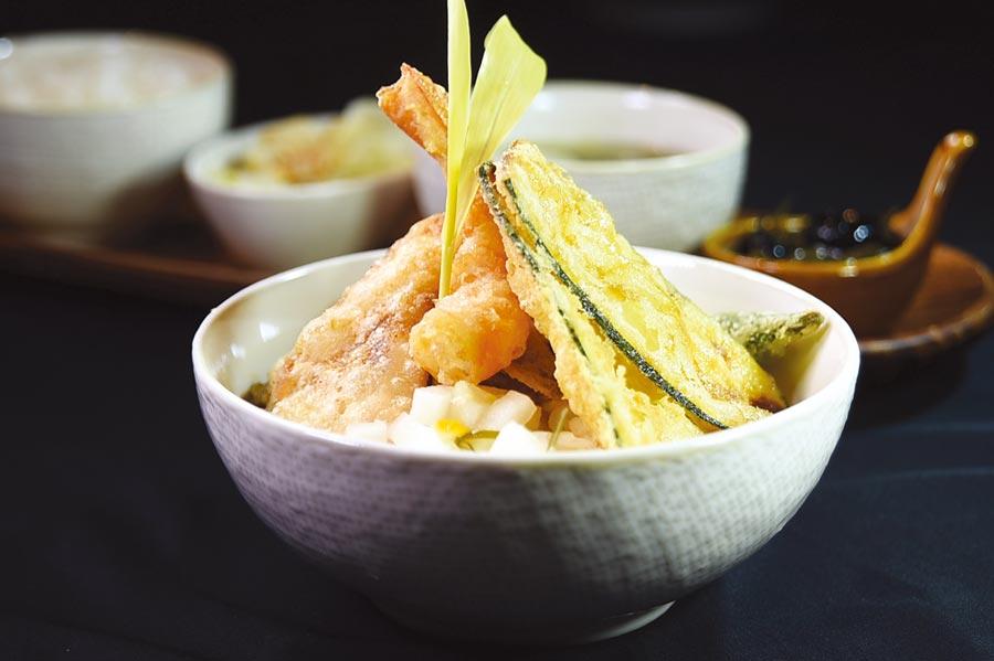 每份320元的〈褐藻天丼定食〉,是以日天婦羅手法炸製熟成海紅鯛、藍鑽蝦、秋葵、香菇等食材,佐以褐藻醬油加麥芽糖熬煮成的純素醬汁。圖/姚舜