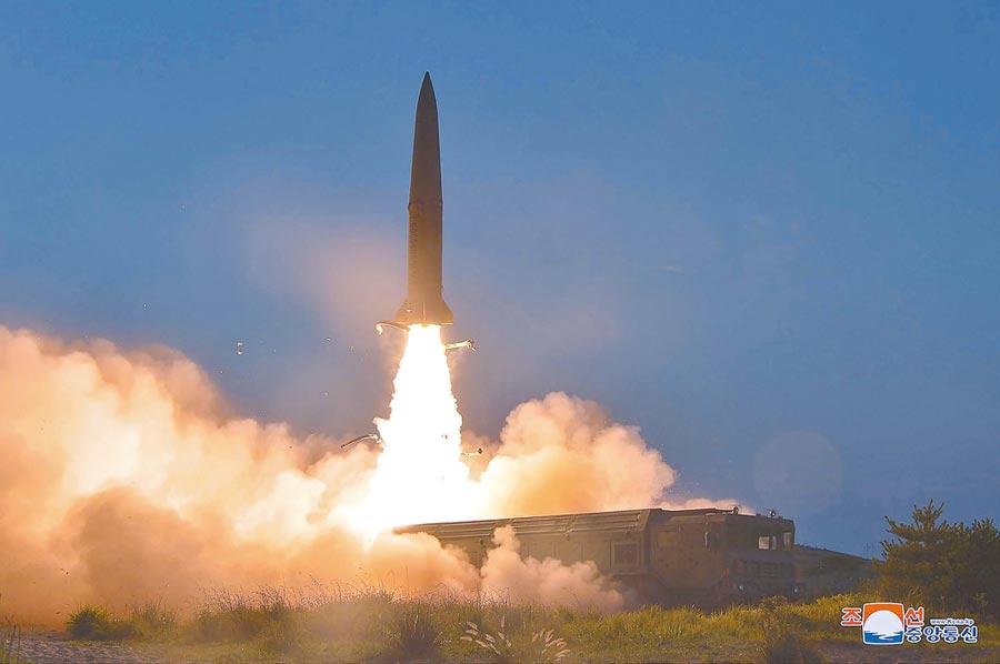 「朝中社」發布25日試射新型短程彈道飛彈的照片。新型飛彈要比過去北韓試射的飛彈難追蹤。(美聯社)