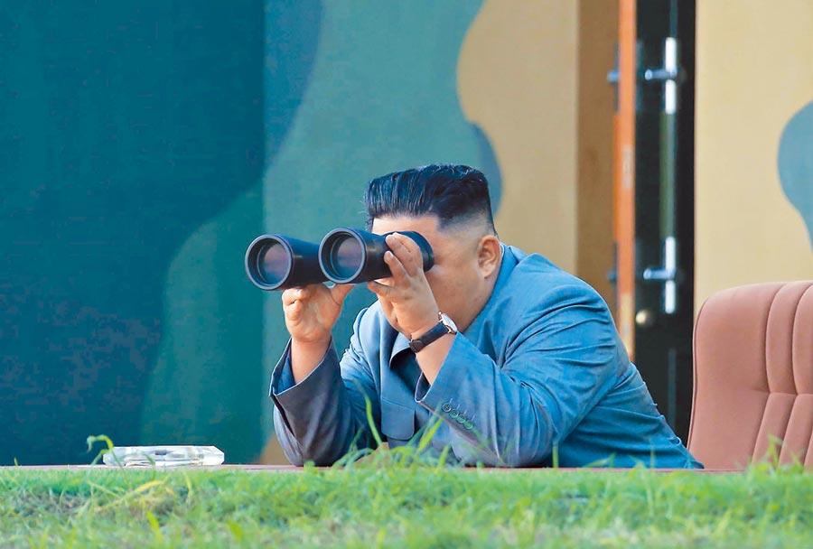 北韓《朝中社》發布最高領導人金正恩25日坐鎮指揮飛彈試射照片。(法新社)