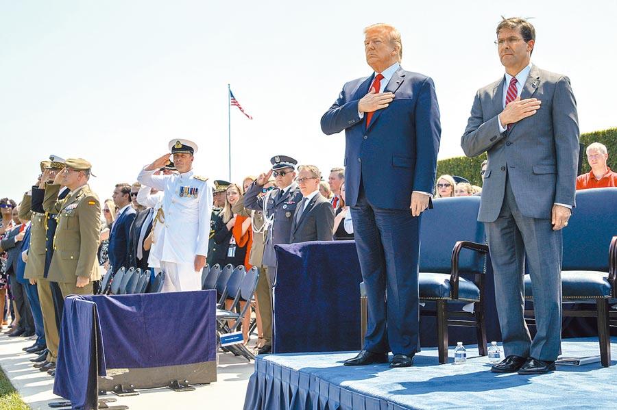 美國為新到任的國防部長艾斯培舉行歡迎儀式。在演奏美國國歌時,艾斯培(右)、川普總統(右二)和眾人起立致敬。(路透)