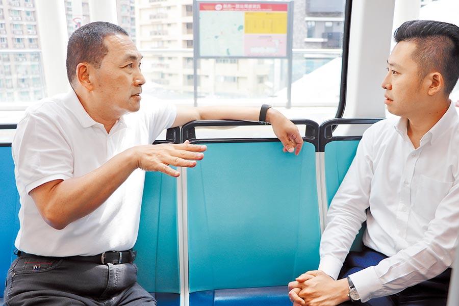 新北市長侯友宜帶新竹市長林智堅體驗淡海輕軌,2人在車上大談建設議題。(吳亮賢攝)